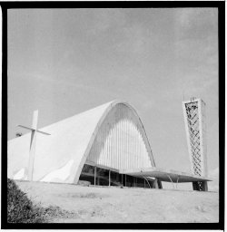 Eglise Niemeyer – au bord du lac artificiel de Pampulha. (2 Photos)